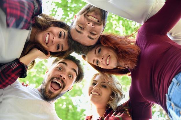amigos-circulo-cabezas-juntas-sonriendo_1139-613
